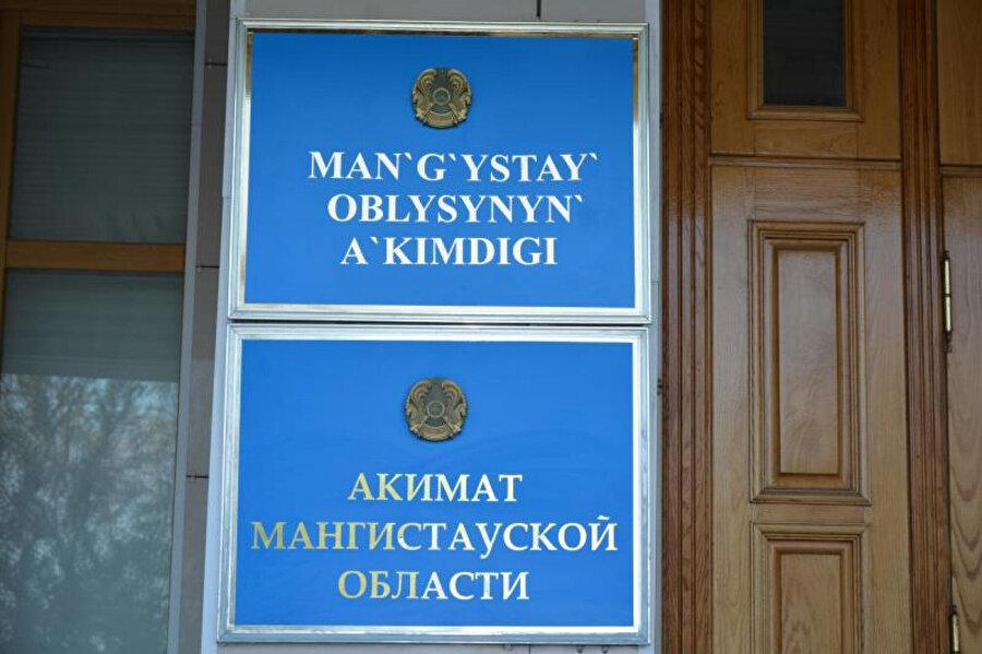Ülkede devlet binaları başta olmak üzere sokak, mağaza ve eczane adlarının Latin alfabesiyle Kazakça yazılması yaygınlaştı.