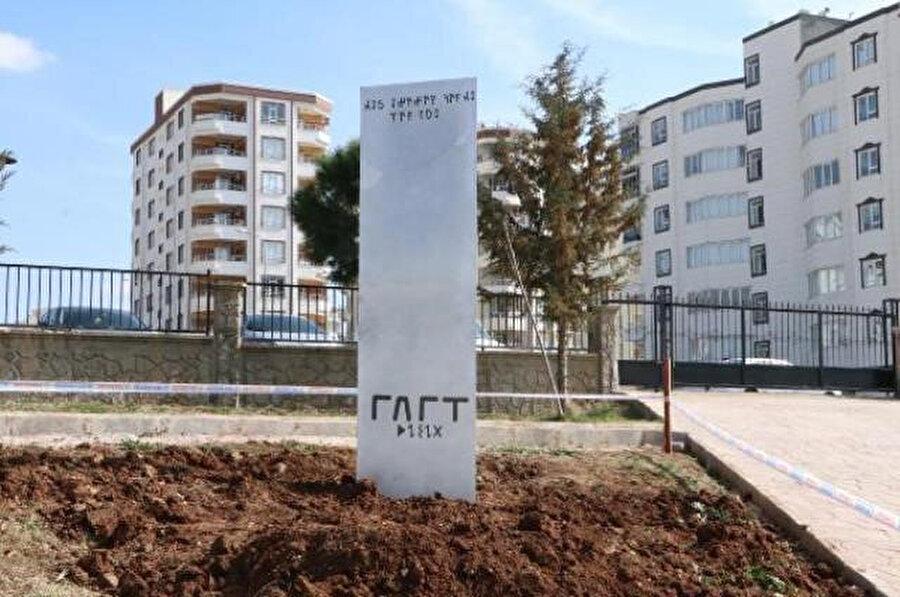 Belediye Şanlıurfa'da parka monolit dikti