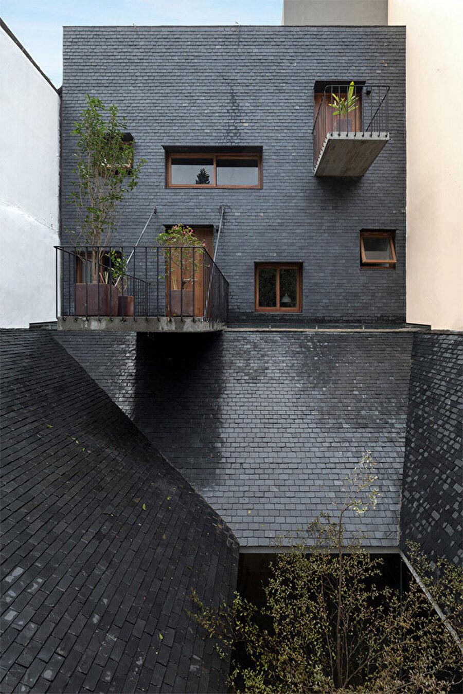 Merdiven sahanlığının açıldığı balkonlar.