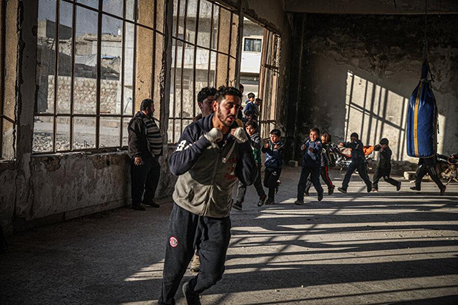 Boks antrenörlüğü yapan Halep doğumlu 25 yaşındaki Ahmet Devvara öğrencileriyle idman yaparken.
