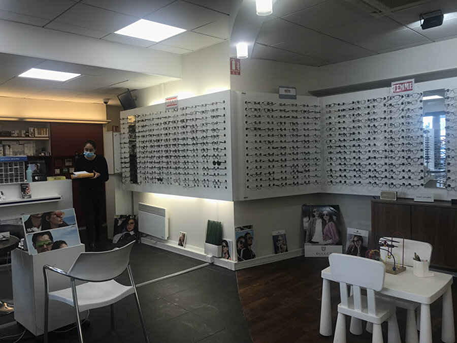 Optik mağazasında çalışan Hanna, müşterilerimiz çok cana yakın ve saygılı ifadesini kullandı.