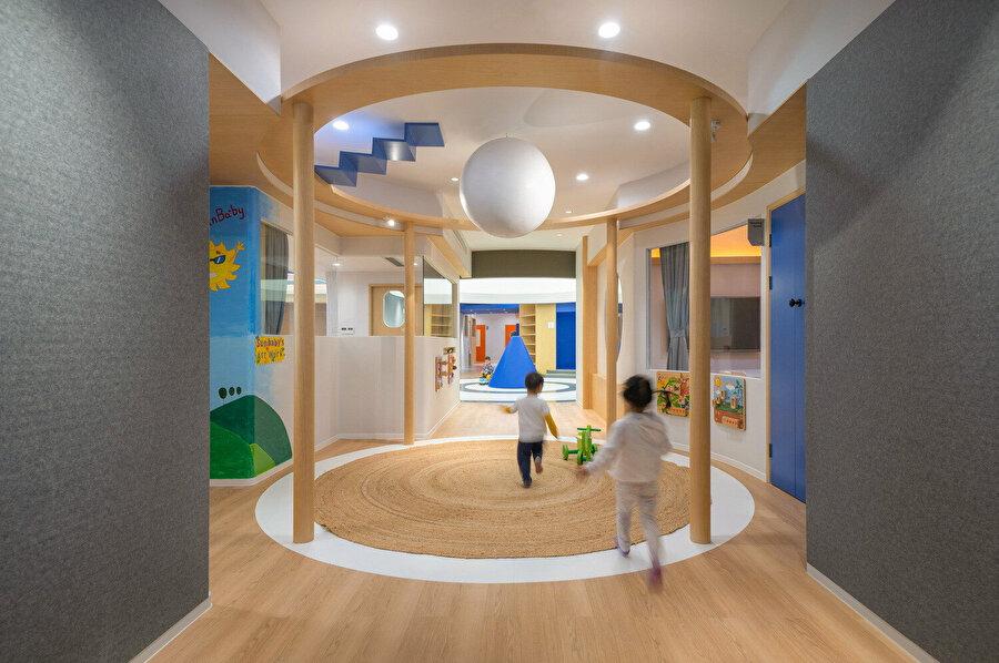 Geçirgen oyun odaları, çocuklara mekanlar arasında serbest dolaşım imkanı sağlıyor.