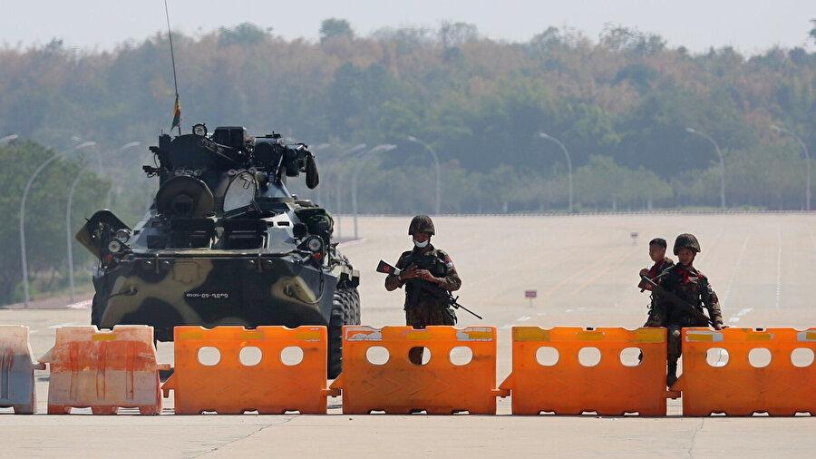 Myanmar ordusu darbeden geri adım atmayı reddediyor.