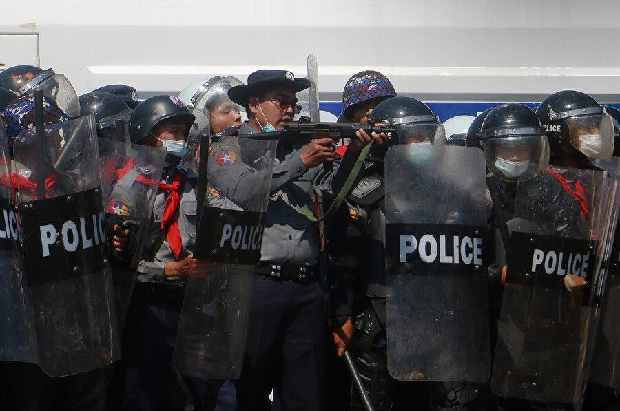 Vatandaşlara gece yarısı ev ziyaretlerini polise bildirme zorunluluğu getirildi.