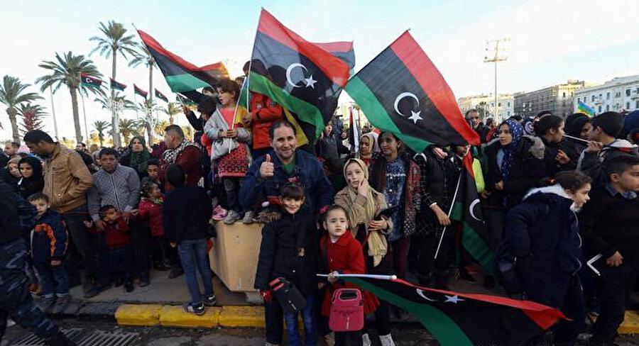 Libyalılar ülke genelinde cadde ve meydanlarda kutlamalara katılıyor.