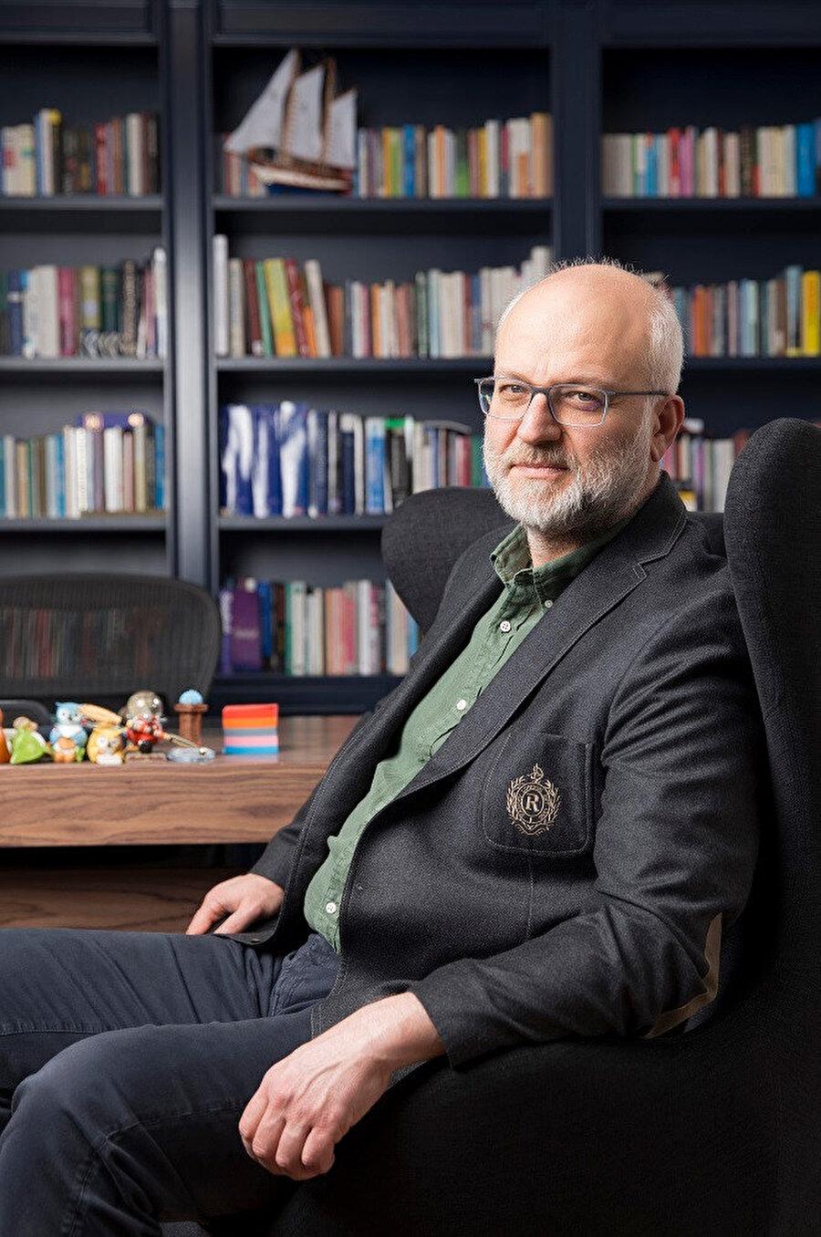 Hacettepe Üniversitesi Tıp Fakültesi mezunu olan Kemal Sayar, uzmanlığını Marmara Üniversitesi Tıp Fakültesi Psikiyatri ana bilim dalında tamamlamıştır.