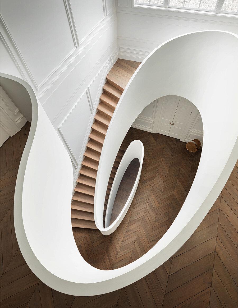 Son kattan, merdiven boşluğunun görünümü.