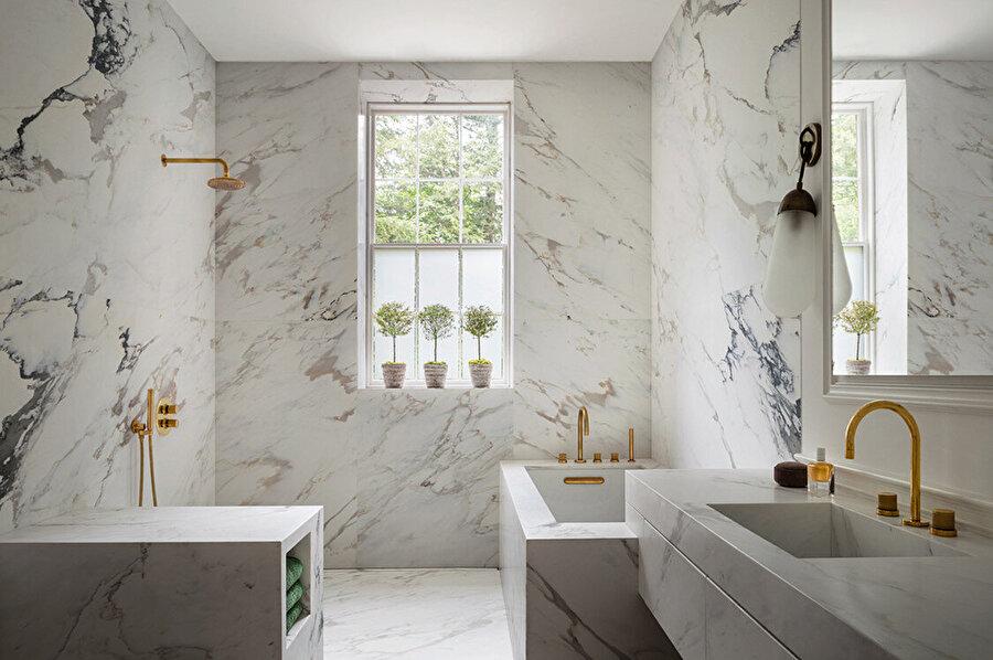 Duvar ve zemin kaplaması olarak mermerin kullanıldığı banyo.