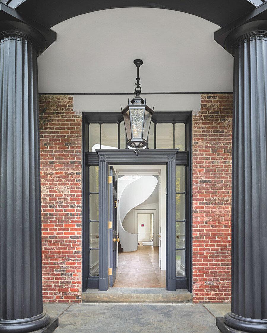 Yapının dış tarafından içeriyi gösteren eski ve yeni ilişkisini ifade eden fotoğraf.