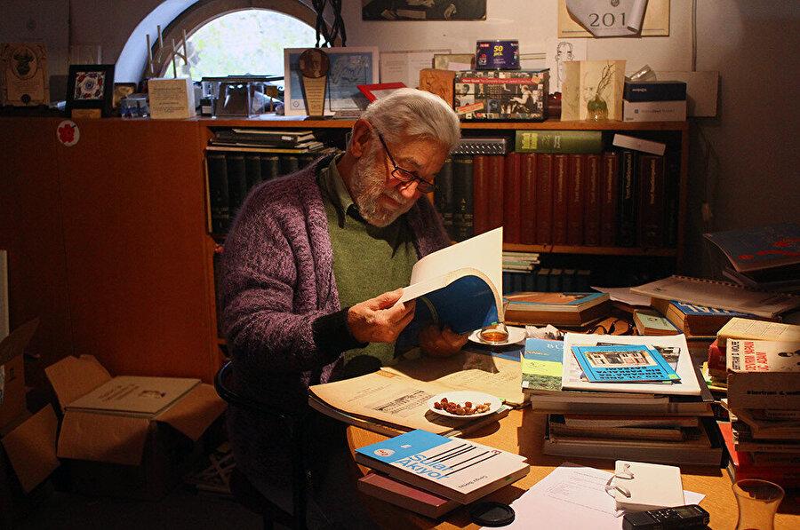 Bektaş'ın edebi yönü mimarlığını, mimarlığı da edebi yönünü etkiler.