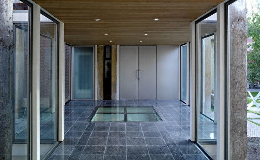 Zeminde tasarlanan cam açıklıklar, yer altındaki kalıntıların görülmesini sağlar.