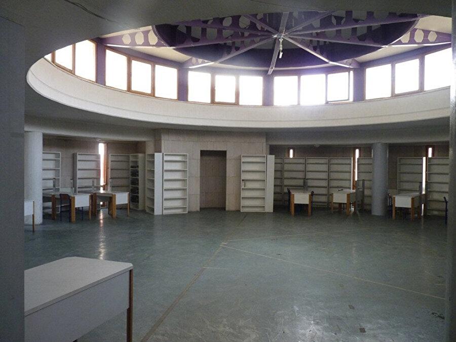 Kütüphanenin içi.