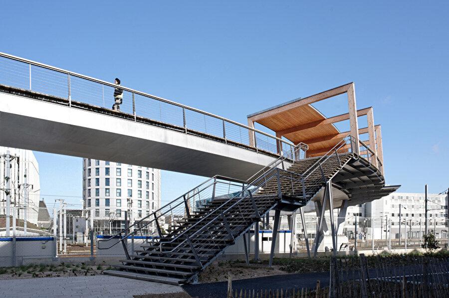 Engellilerin platformlara asansör ve merdivenlerle doğrudan erişimi sağlanıyor.