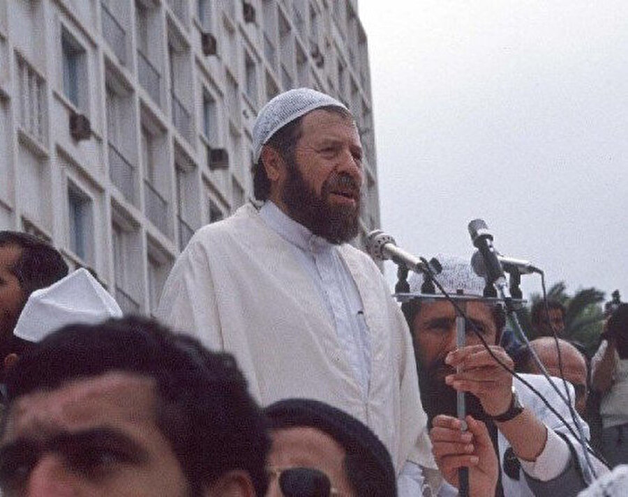 Cins, bu sayısını Cezayir'den yükselttiği sesiyle tüm dünyaya umut taşıyan o kahramana ithaf ediyor.
