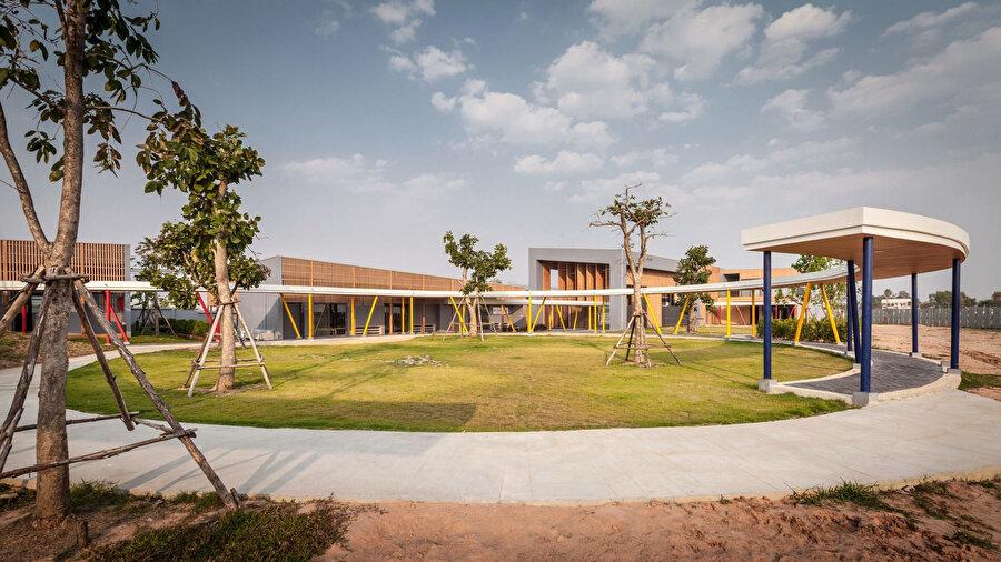 Yapı peyzajının ortasında, büyük bir yeşil alan bulunuyor.