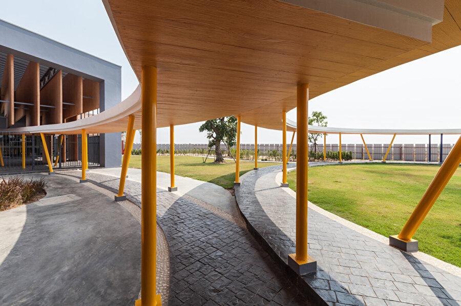 Binaları birbirine bağlayan sirkülasyon alanları.