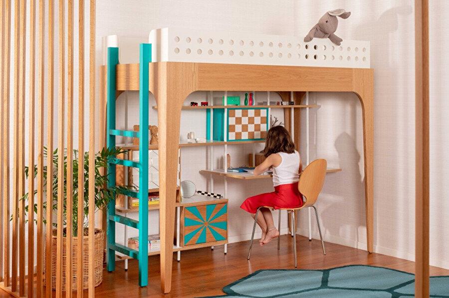 Küçük alanlar için tasarlanan, altında kütüphanesi ve çalışma masası bulunan yüksek yataklı çocuk odası.