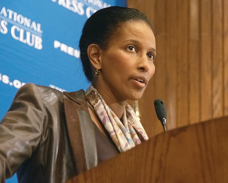 """Ayaan Hirsi Ali, katıldığı bir TV programında """"Dünyadaki şiddet olaylarının yüzde 70'ine baksanız Müslümanların sorumlu olduğunu görürsünüz"""" diyor."""