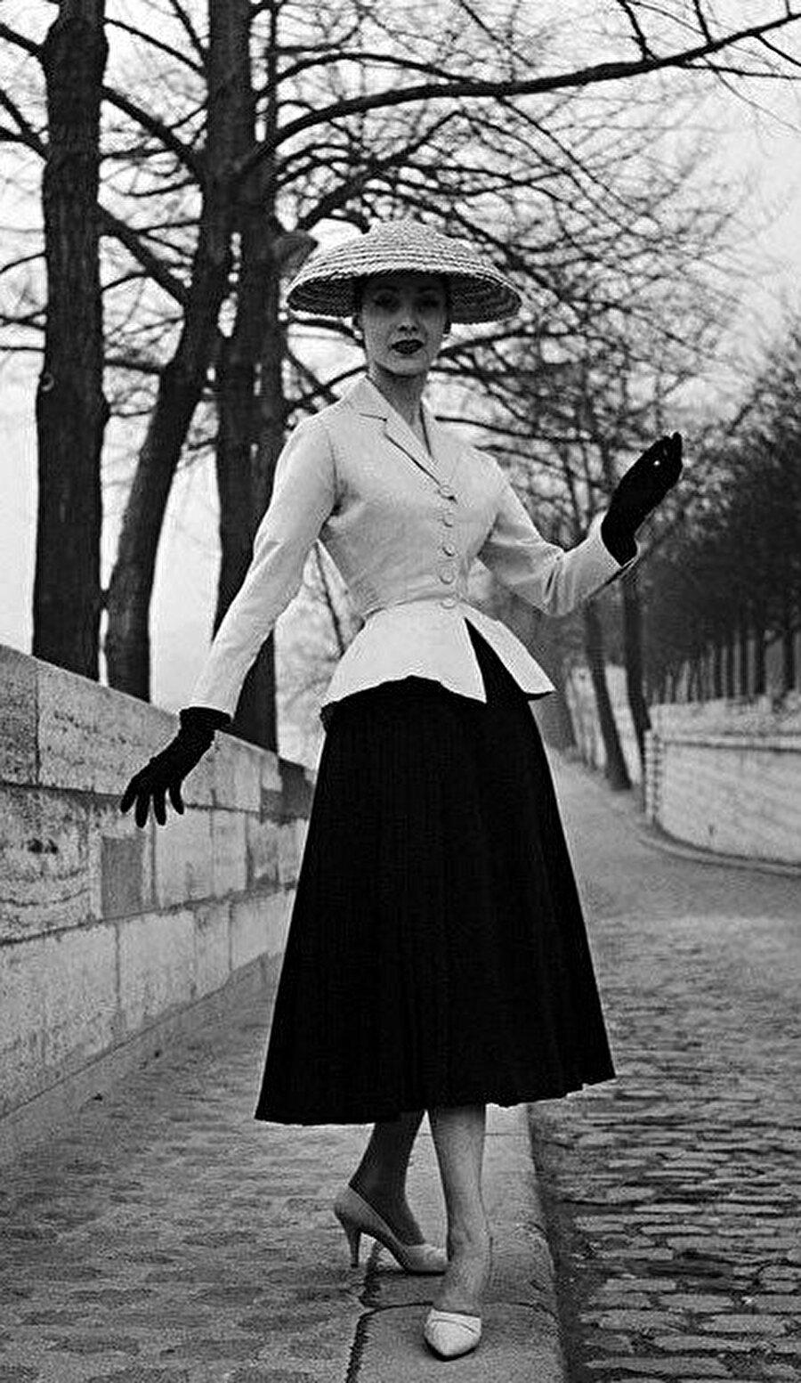 """Fransız markası Christian Dior, 1947 yılında """"New Look"""" koleksiyonunu Paris'te piyasaya sürerek modada yeni bir çağ başlattı."""
