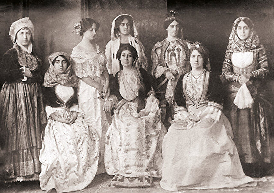 Sultan Abdülmecid, bütün saray kadınlarının Batılı kadınlar gibi korse giymelerini emretti.