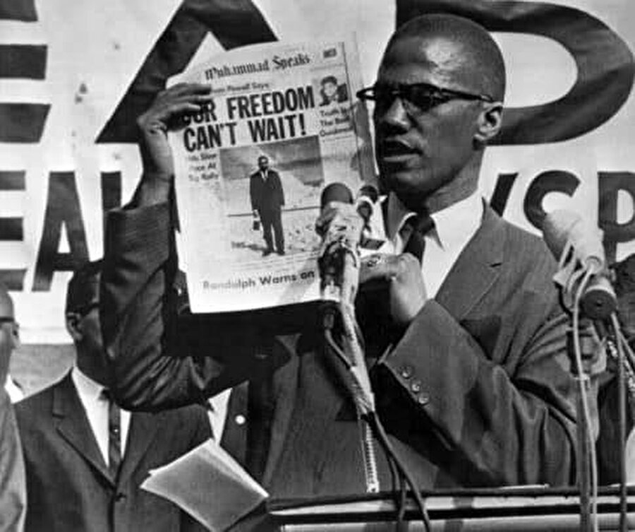 Malcolm X, Amerika'daki ırkçılığa çözüm olarak Sünni İslam'ın kardeşlik öğretisine inanmaya başladı.