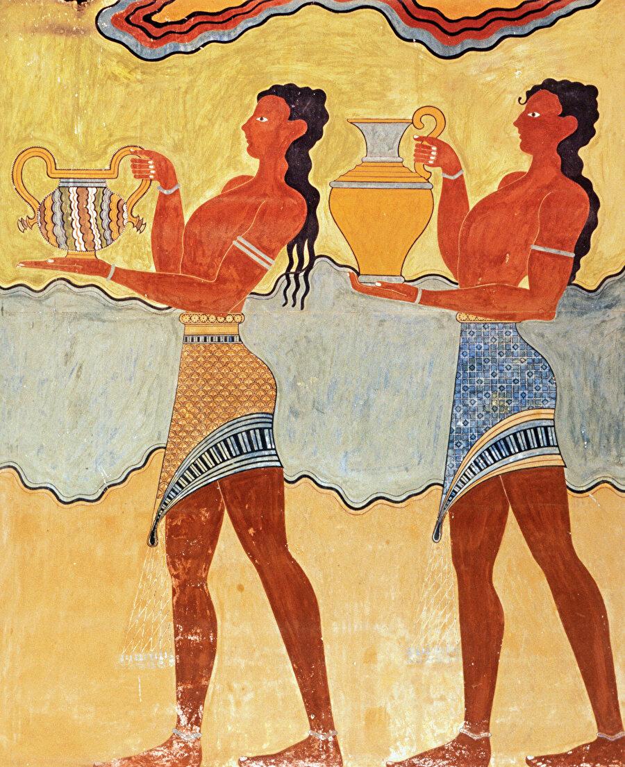 Minos ahalisini giyinmek ve de görünmek için harcadığı bu eforu takdir ediyor ve antik çağın sisleri arasında ilerliyoruz…