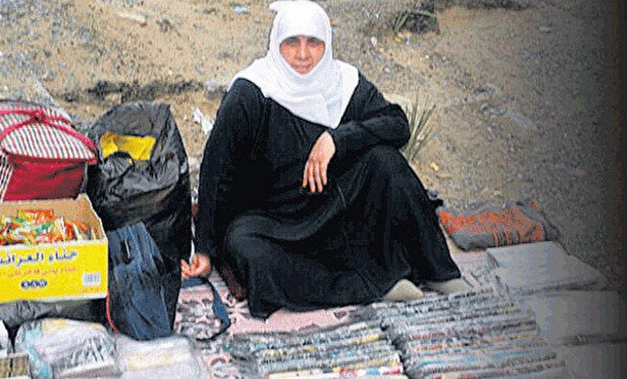 Her şey Kurban Bayramı arifesinde, hacılar Arafat'a hazırlanırken başladı. Vakit akşam namazına yakındı. Abdest alıp Arafat'a çıkan hacılara katılacaktı.
