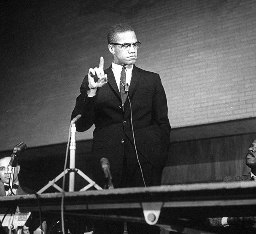 Malcolm X, bir mitingde konuşma yaparken.