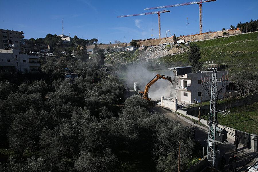 4 daireden oluşan 2 katlı bina ruhsatsız inşa edildiği gerekçesiyle yıkıldı.