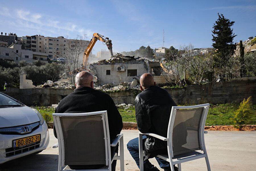 Yıkılan evlerini izleyen Filistinliler.
