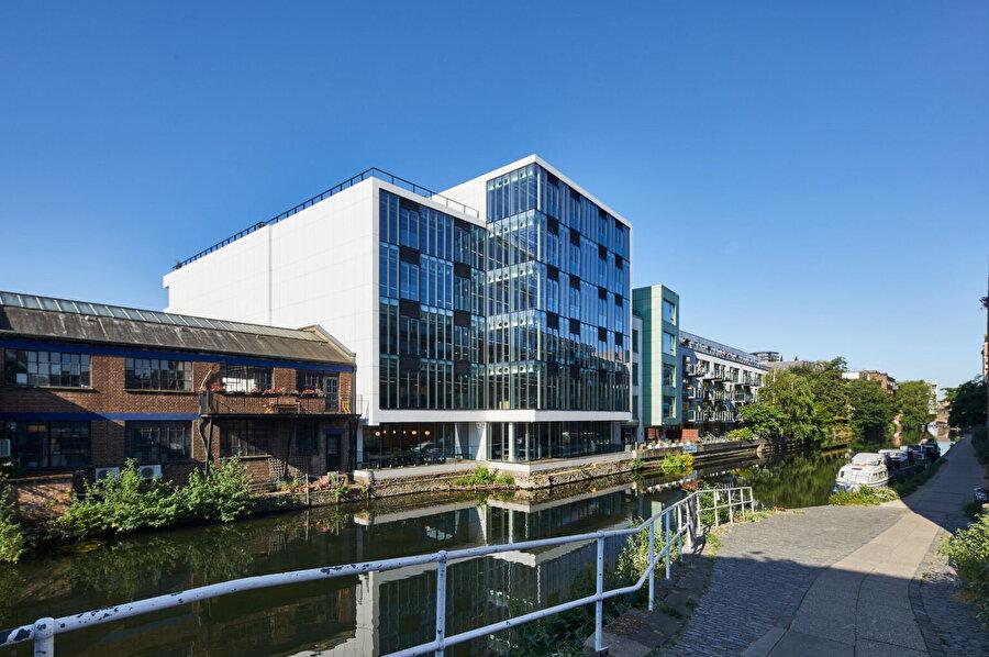 Kanala bakan cephede, binaya giren ışık miktarını en üst düzeye çıkarmak için cephe camla kaplanıyor.
