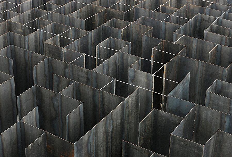 Ziyaretçiler, anıtsal, çelik labirentte kayboluyor.