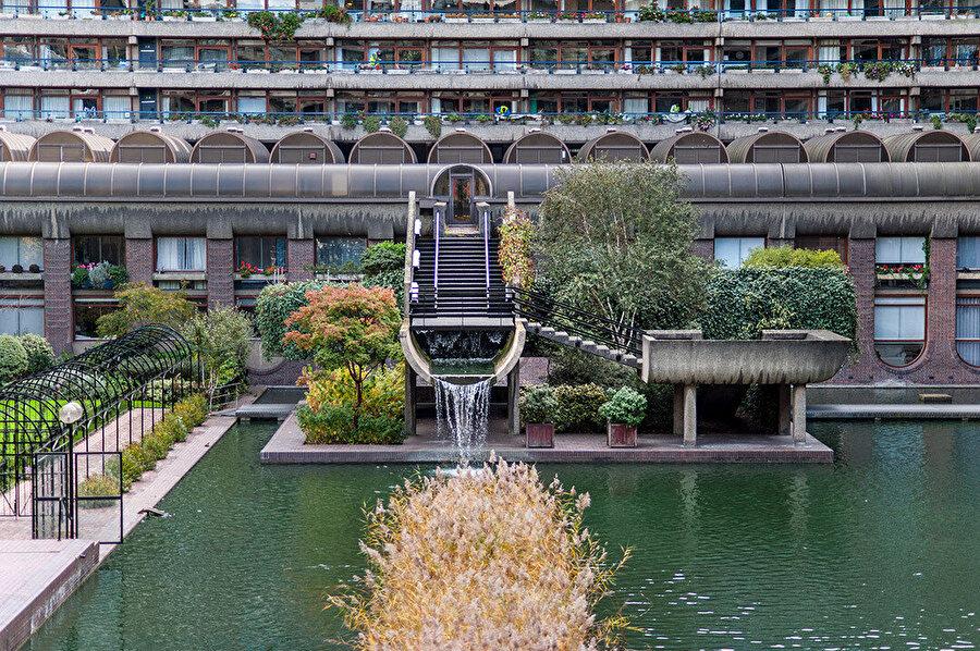 Barbican'daki birçok sıradan mimari öğe, anıtsal şekilde tasarlanıyor.