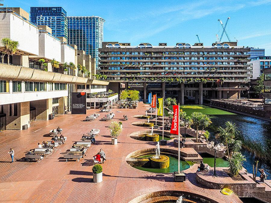 Barbican'da, etkinlikler ve uzman rehberler tarafından sıklıkla turlar düzenleniyor.