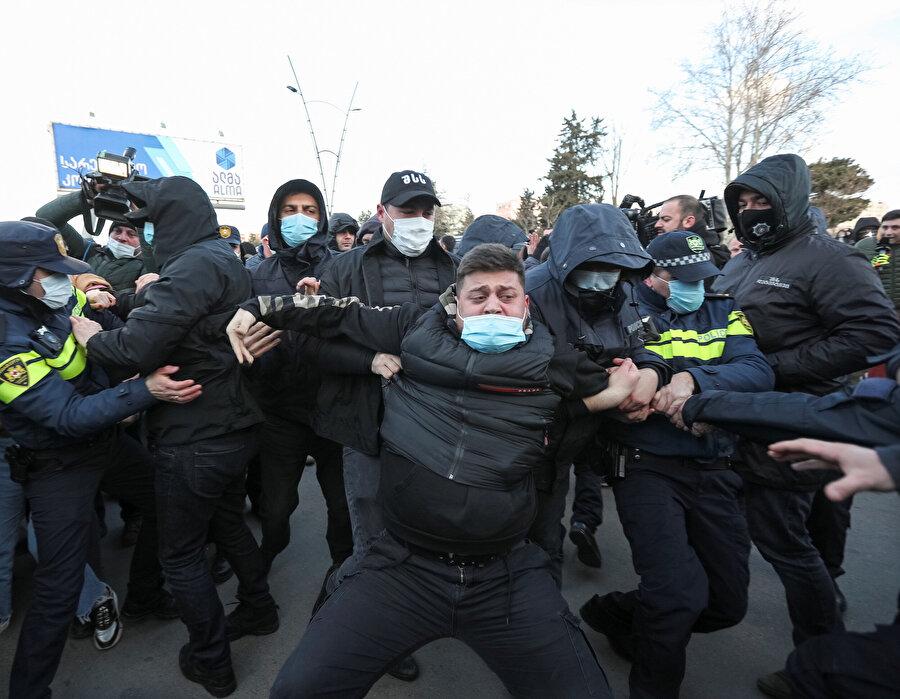 Birkaç göstericinin gözaltına alındığı bildirildi
