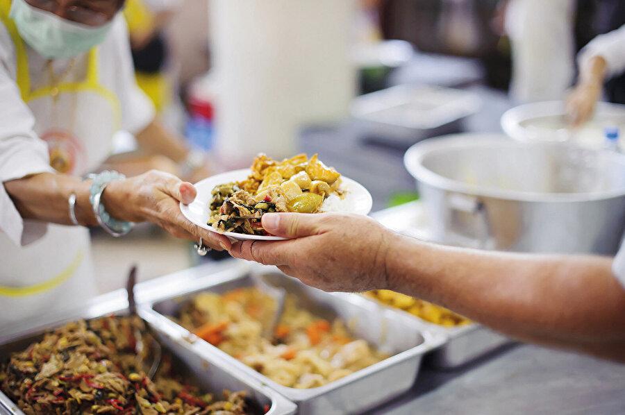 Bugün yeryüzünde tahmini bir milyar insan aç ve aç kalma korkusunu yaşıyor. İhtiyaç duydukları gıdanın güvencesiz olması sebebiyle kronik açlık çekiyorlar.