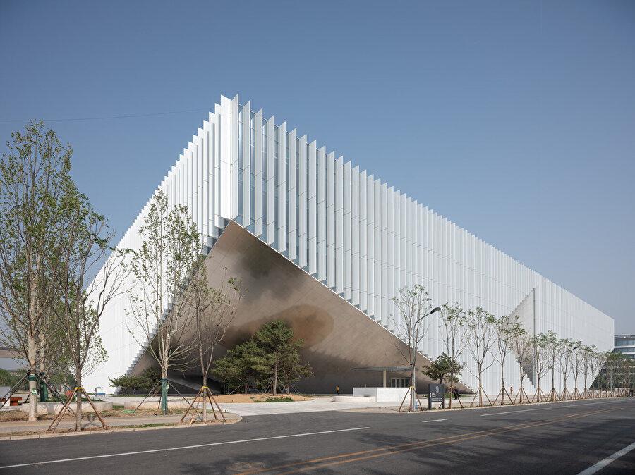 Yapının sarkık köşeleri girişleri işaret ediyor.