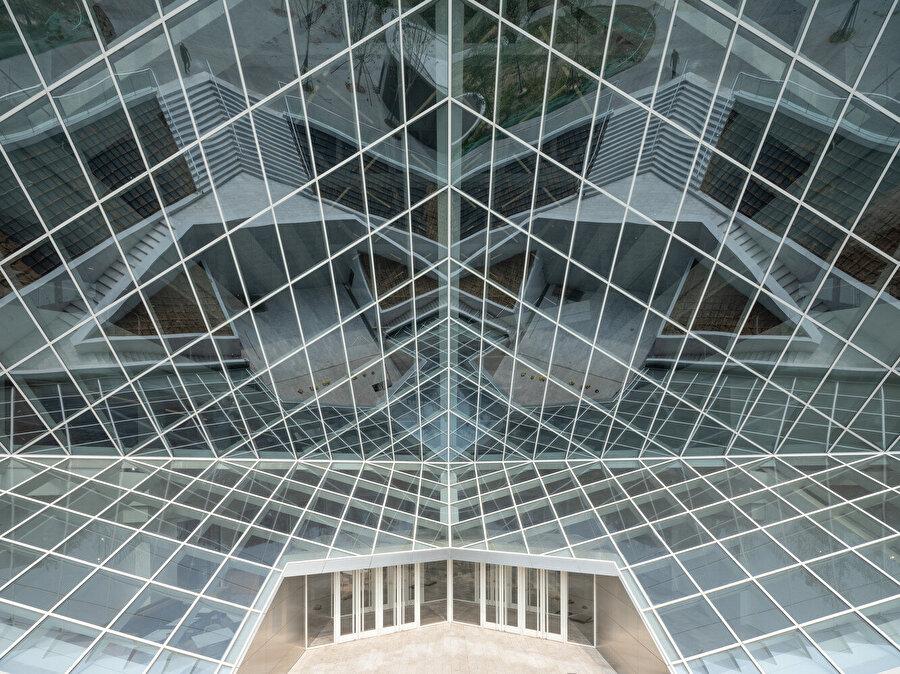 Yapıya üçüncü boyutta hareketlilik getiren köşe kesimleri.