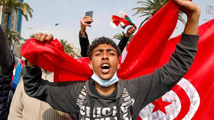 """""""Tunus yarın daha güzel olacak"""" ve """"ulusal birlik"""" sloganları atılan gösteride güvenlik önlemlerinin de üst düzeyde olduğu gözlendi."""