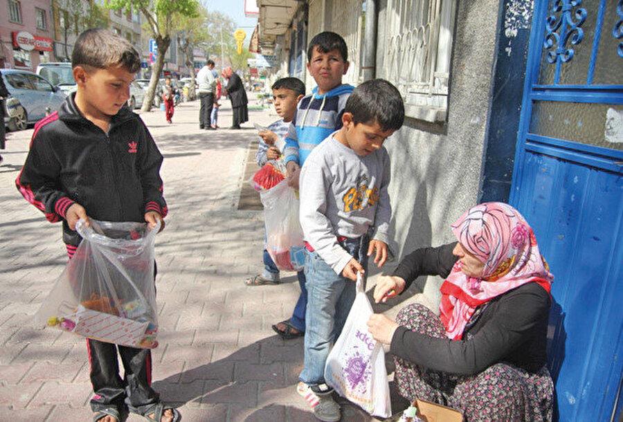 """Kapımıza Şivlilik hediyesini almaya gelen 9 yaşındaki Emre'ye sokakların neden boş olduğunu sorunca, """"Bu sene iptal edildi"""""""