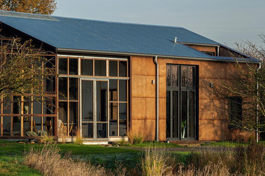 Ev, arazide yer alan ahır kalıntısının temelleri üzerine inşa ediliyor.