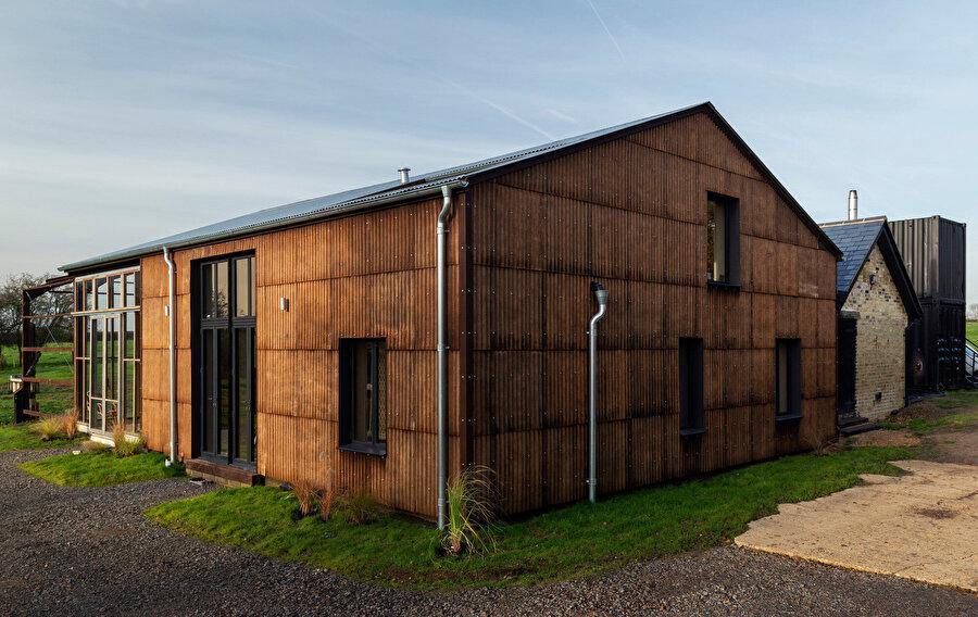 Evin dış cephesi, içeriğinde kenevir elyafı bulunan oluklu panellerle kaplanıyor.
