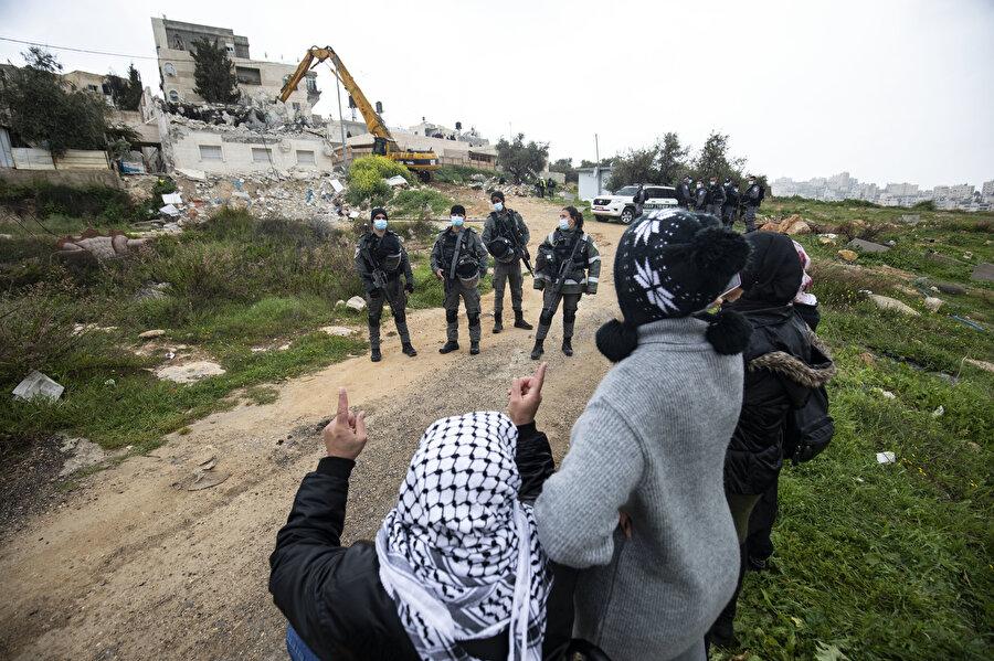 Çaresizce evinin yıkılışını izleyen Filistinli.
