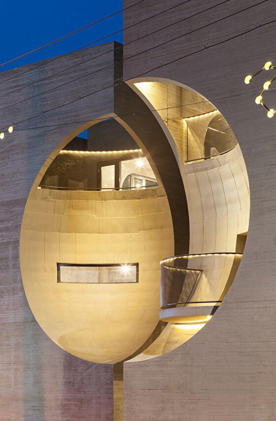 İki binanın cephesindeki birbirinin devamı olan iç bükey yüzeyler, yapının bir bütün olarak algılanmasını sağlıyor.