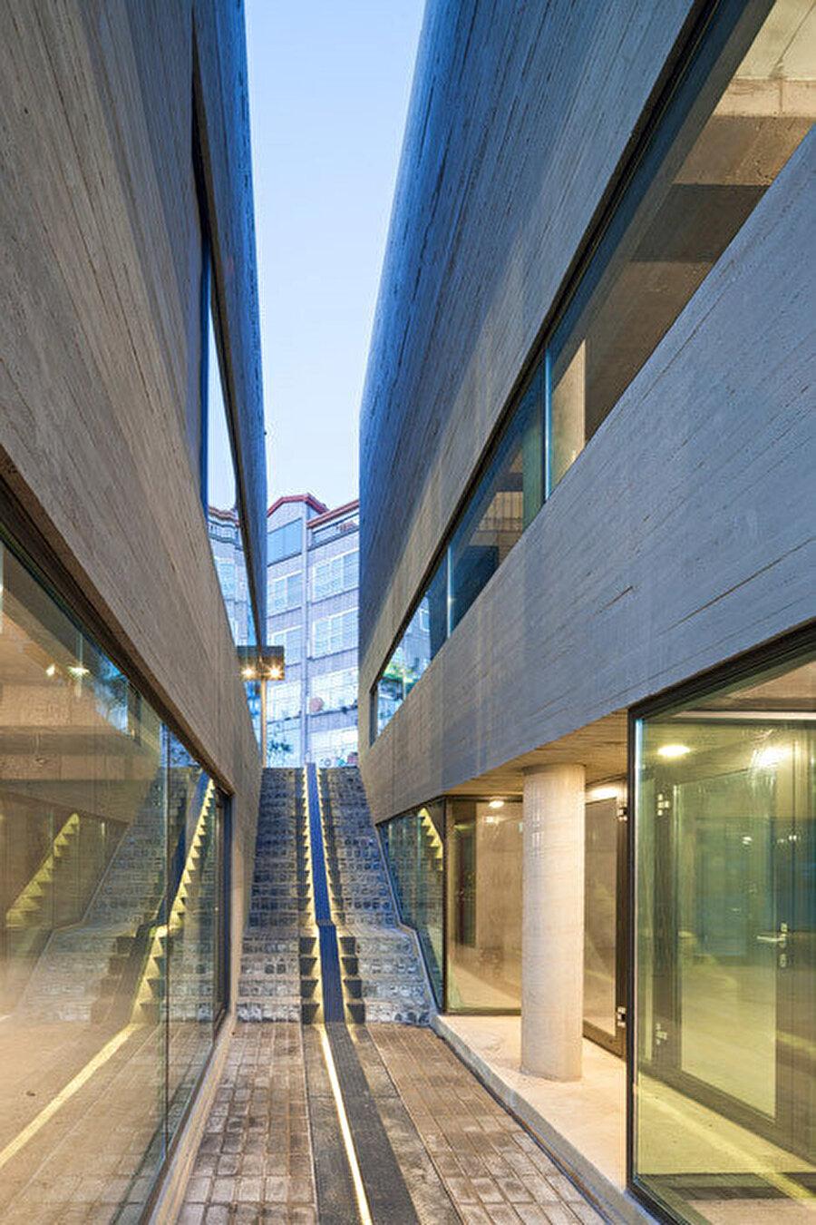 Binalar arasında kalan kısım, ortak kullanım alanı.