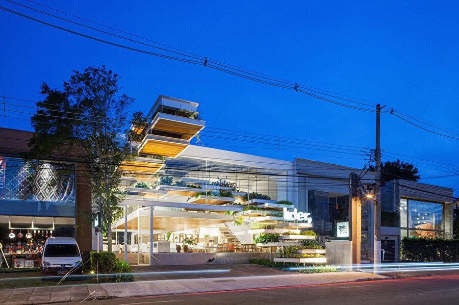 Peyzaj tasarımı, mağazanın girişini vurguluyor.
