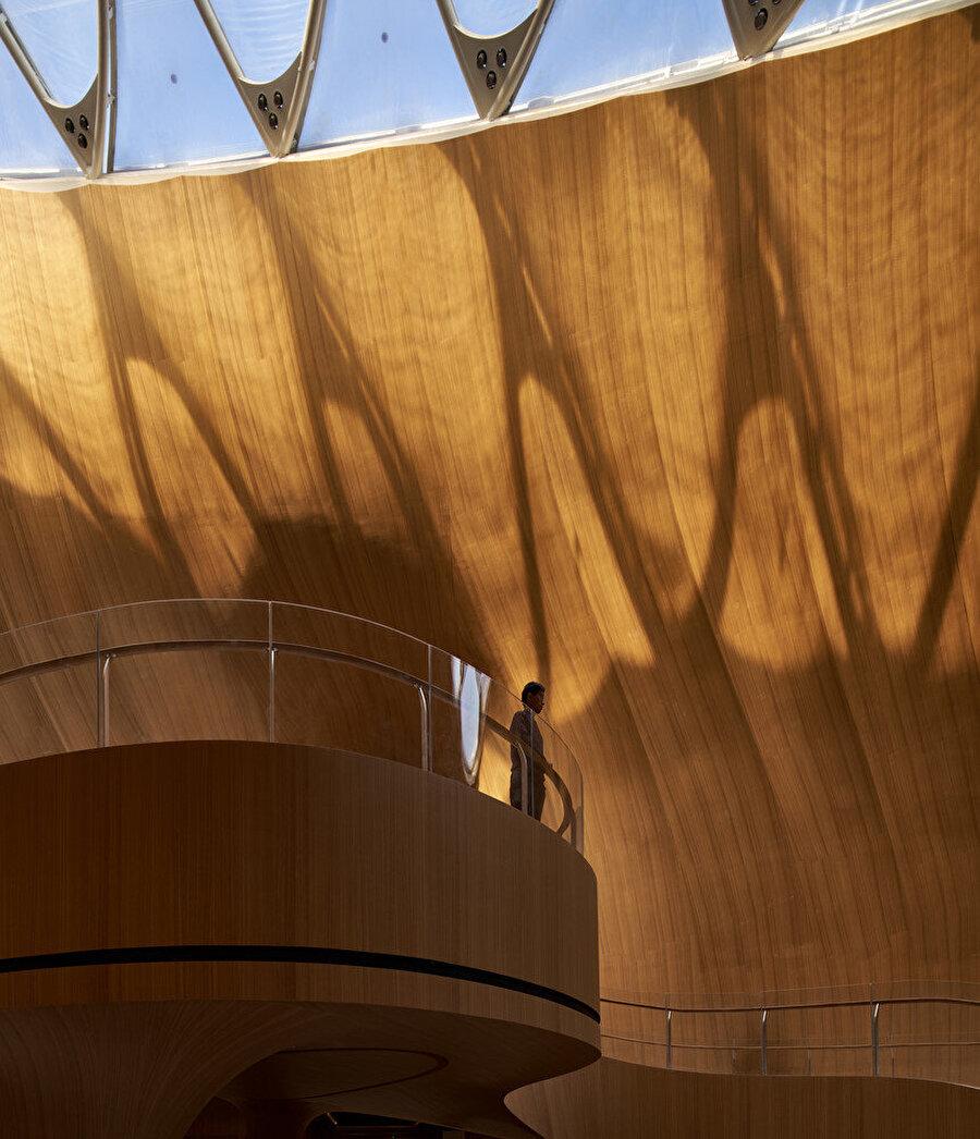 Tavandaki cam pencere, iç mekanın gün boyu doğal ışıkla aydınlanmasını sağlıyor.
