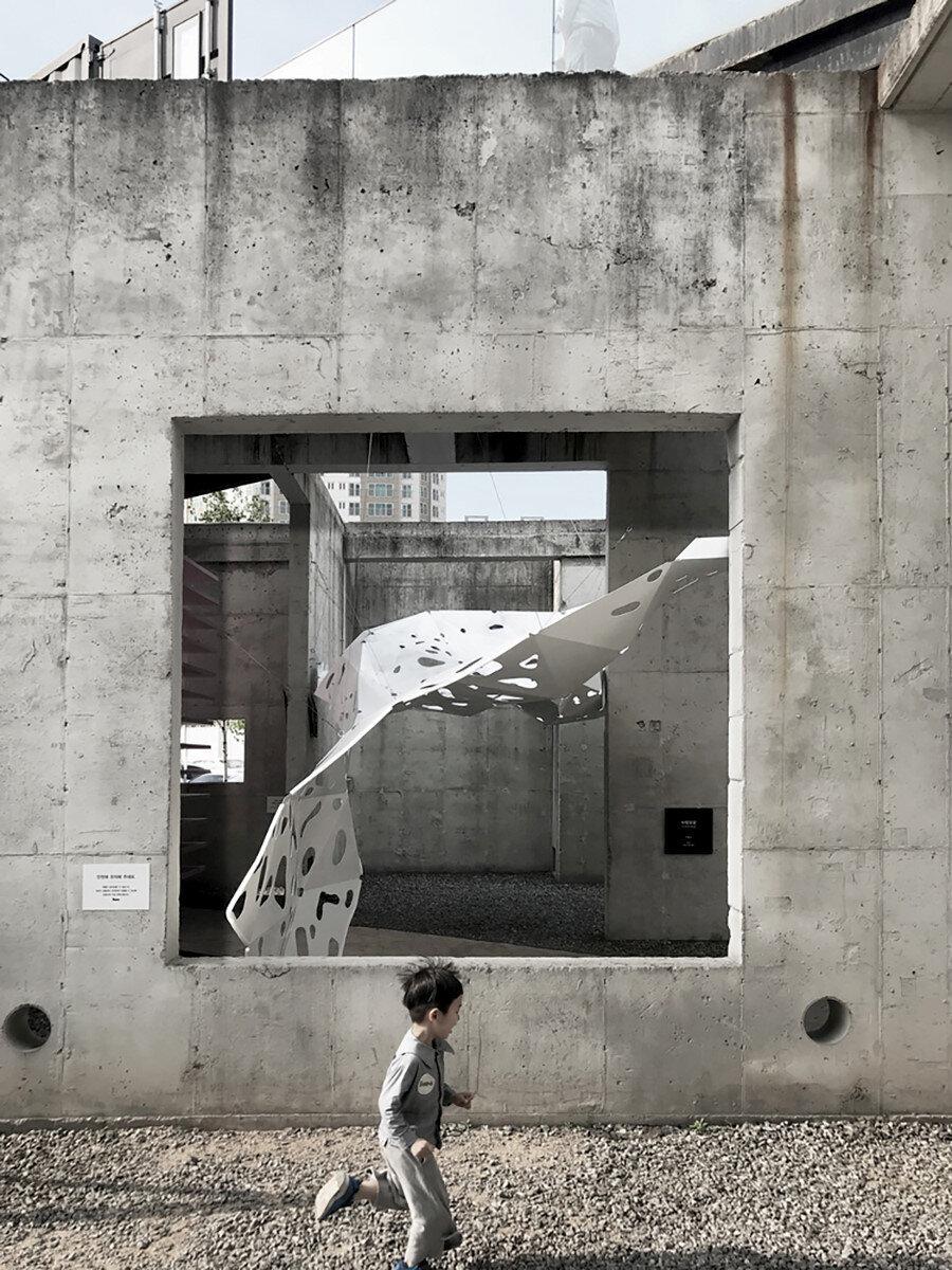 Beton duvarda açılan boşluktan enstalasyonun görünümü.