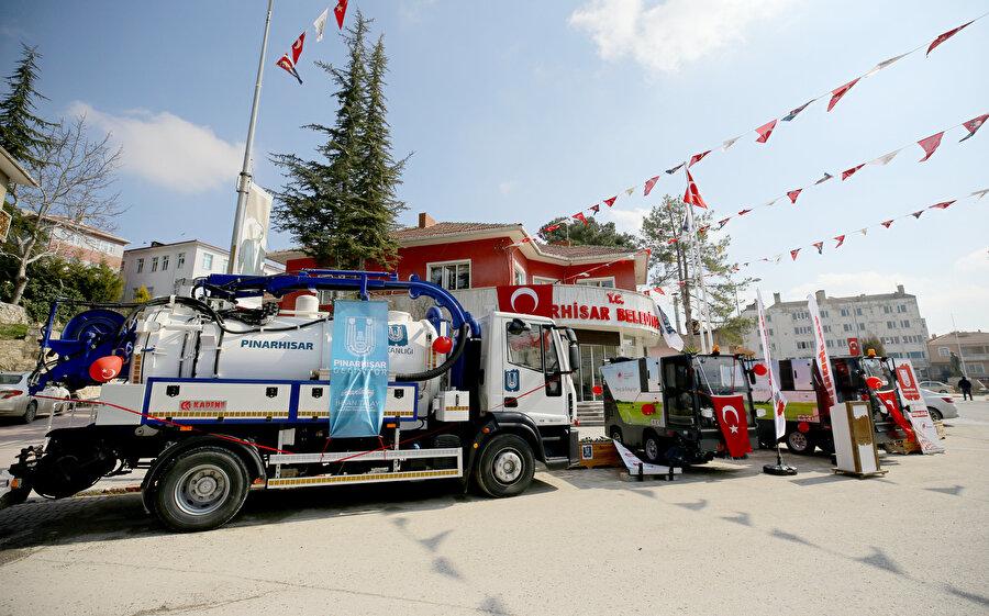 Yerli ve milli kaynaklarla belediyelere yüzde 60'lara kadar tasarruf ettiren araç üstü ekipman üreticisi Kademe AŞ, Pınarhisar Belediyesi için ürettiği 1 adet Kombine Kanal Temizleme Aracı, 2 adet AGA 2100 Kompakt Yol Süpürme Araçlarını teslim etti.