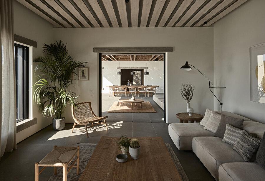 Mykonos adasında bulunan Villa Mandra'nın iç mekan tasarımı, güneş ile yapının ilişkisini; malzeme, renk paleti ve abartıdan kaçan dinginliği ile doğa ile uyum içinde bir karede sergiliyor.